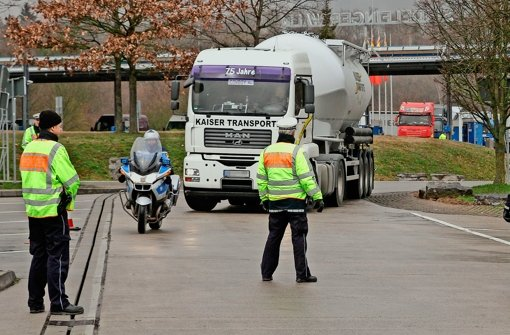 Der nächste Kandidat rollt auf den Parkplatz: Rund 50 Einsatzkräfte von Polizei und Zoll haben am Mittwoch Lastwagen und Busse überprüft Foto: factum/Bach