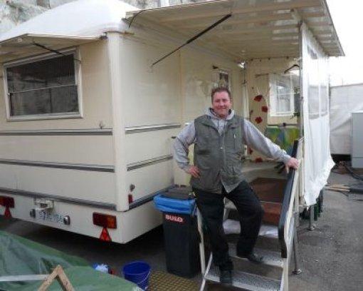 Leben Im Wohnwagen : hineingeheiratet doch auch er lebt seit seinem 16 lebensjahr im wohnwagen er hat es sich ~ Watch28wear.com Haus und Dekorationen