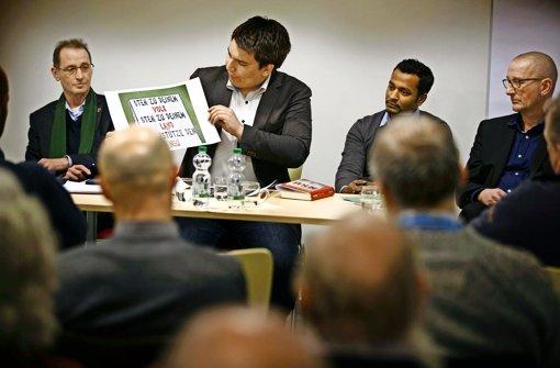 Willi Halder, Alexander Salomon, Thumilan Selvakumaran  und Gerhard Dinger (von links)  diskutieren über den Ausschuss. Foto: Stoppel