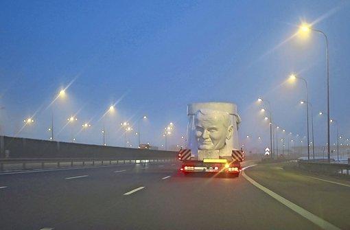 """Katarzyna Gondek begleitet in ihrem Film """"Najwyzszy"""" eine riesige Statute von Papst Johannes Paul II. in einen Freizeitpark Foto: Veranstalter"""