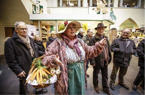 Dorle unterhält ihre Gruppe mit Klatsch und Tratsch aus der Markthalle, und ganz nebenbei gibt es noch historische Details. Foto: Leif Piechowski