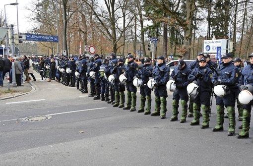 Brennpunkt Wildparkstadion: Bei einem Heimspiel des Karlsruher SC sichern Polizeikräfte die Umgebung. Foto: dpa