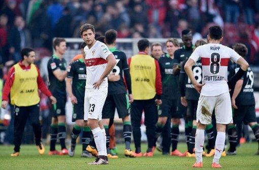 Kravets (vorne links) und Rupp (vorne rechts) vom VfB Stuttgart nach der Niederlage gegen Hannover 96. Foto: Bongarts/Getty Images