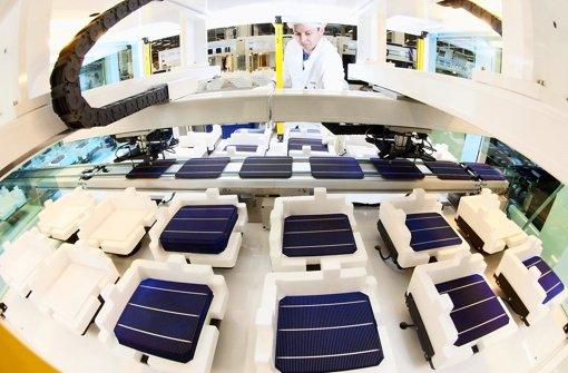 Ein Mitarbeiter kontrolliert bei Bosch Solar Energy in Arnstadt (Thüringen) eine Solarzelle. Bosch kämpft wie die gesamte Branche mit einem enormen Preisverfall auf dem Markt für Solartechnik. Foto: dpa