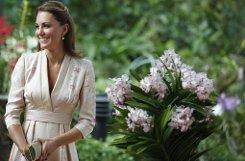 bSingapur, 11. September:/b Passend zu ihrem Besuch im Orchideengarten trägt Kate ein zartrosa Kimono-Kleid mit Orchideenmuster. Entworfen hat das Outfit die Britin Jenny Peckham, die zu den Lieblingsdesignern der Herzogin gehört. Foto: AP