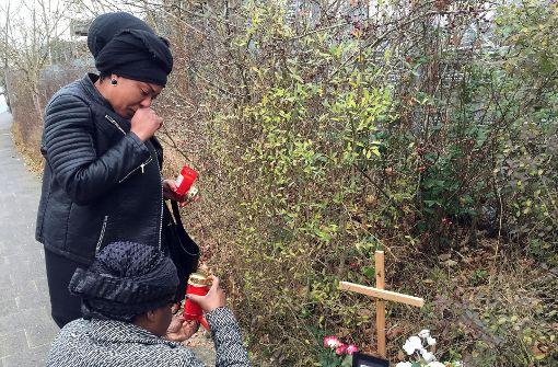 Tiefe Trauer und ein Kreuz für verbrannte Frau