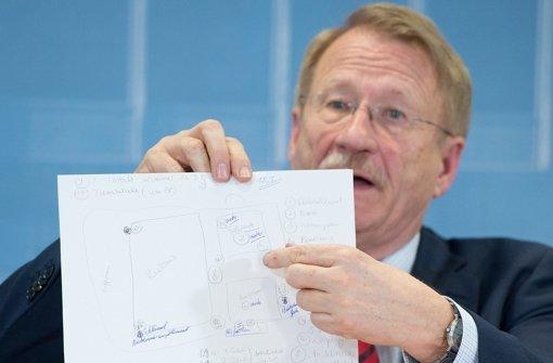 Der Vorsitzende des NSU-Untersuchungsausschusses, Wolfgang Drexler (SPD), zeigt bei einer Pressekonferenz ein Dokument. Foto: dpa
