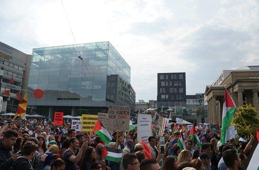 Auf dem Schlossplatz in Stuttgart kam es Samstag zu Zusammenstößern zwischen verschiedenen Demonstranten-Gruppen. Die Polizei musst eingreifen. Foto: FRIEBE|PR