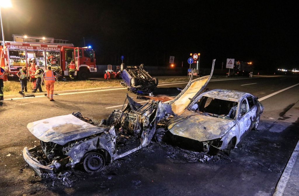 Schwerer Unfall Auf A3 In Bayern Zwei Menschen Verbrennen In Auto