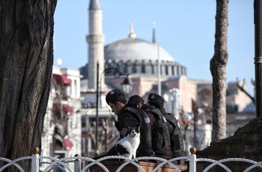 Türkische Polizisten sichern die Umgebung der Hagia Sophia und der Blauen Moschee – ein Selbstmordattentäter der Terrormiliz IS hat im historischen Zentrum Istanbuls mindestens acht Deutsche mit sich in den Tod gerissen. Foto: Getty Images Europe