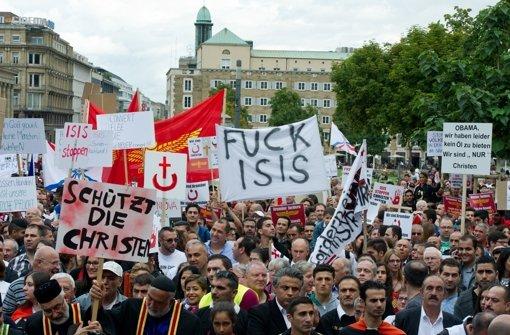 In Stuttgart sind am Samstag rund 1500 Menschen auf die Straße gegangen, um gegen die Gewalt im Nordirak und in Syrien zu demonstrieren. Foto: dpa