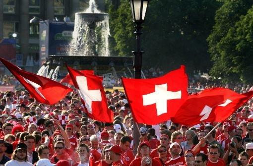 Schweizer Fahnen auf dem Schlossplatz (bei der WM 2006) - vielleicht wehen sie dort bald häufiger Foto: Eppler
