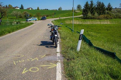 Betrunkener Motorradfahrer kommt von der Straße ab