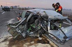 Die drei Todesopfer der Massenkarambolage in der Silvesternacht bei Ulm sind offenbar kurz vor dem Crash aus ihren Autos ausgestiegen. Dabei seien sie vermutlich von heranfahrenden Autos erfasst worden, teilte die Polizei mit. Foto: dpa