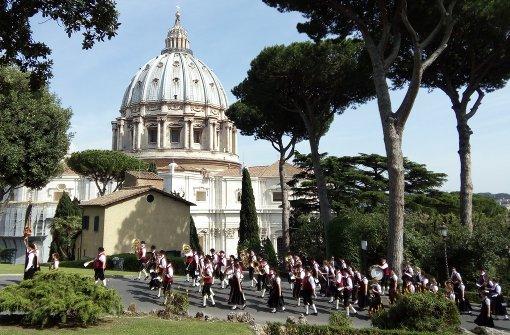 Marschmusik in heiligen Gärten