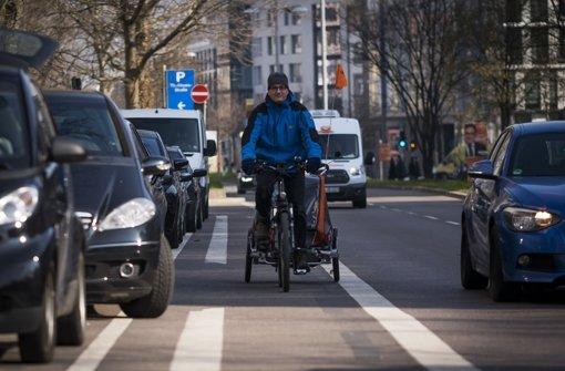 """Die so genannte """"Dooring Zone"""" neben dem Radstreifen auf der Theodor-Heuss-Straße – geht hier plötzlich eine Fahrzeugtür auf, wird es brenzlig für den Radler. Foto: Lichtgut/Max Kovalenko"""