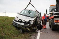 Eine Autofahrerin kommt auf der Landesstraße 1125 bei Sachsenheim auf die Gegenspur und prallt mit einem Lkw zusammen. Sie wird in ihrem Wagen eingeklemmt. Foto: www.7aktuell.de | Dan Becker