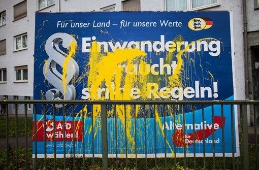 Nicht nur die Wahlplakate der AfD werden beschädigt. Wirte, die an die Partei Räume vermieten, erhalten Briefe. Foto: dpa