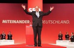 Von Mindestlohn bis Frauenquote: Kanzlerkandidat Peer Steinbrück streichelt auf dem SPD-Bundesparteitag in Hannover die geschundene Parteiseele. Foto: dpa