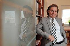 Der Jurist bIngo Lenßen/b, der als Fernsehanwalt deutschlandweit Berühmtheit erlangte, ist fußballerisch gesehen kein unbeschriebenes Blatt. Zum einen ist er momentan als Spielerberater für brasilianische Spieler tätig - Lenßen spricht Portugiesisch, er absolvierte während seines Jurastudiums ein Referendariat in Rio de Janeiro. Außerdem war er auch schon als Experte in der Sport-1-Sendung Doppelpass zu Gast. Das Herz ...br Foto: dpa