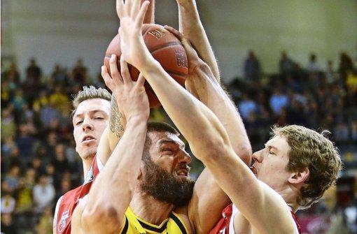 Harter Kampf um den Ball: Ludwigsburgs Jon Brockman (li.) gegen Patrick Heckmann von den Baskets Bamberg Foto: Baumann
