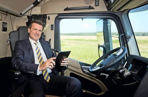 Daimler-Lkw-Chef Wolfgang Bernhard kann entspannen. Das Fahrzeug lenkt selbst. Foto: Daimler