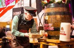 Mit nur drei Schlägen auf den Bierhahn hat Stuttgarts Oberbürgermeister Fritz Kuhn vor rund 3500 Gästen im Bierzelt das 75. Stuttgarter Frühlingsfest auf dem Cannstatter Wasen eröffnet. Foto: www.7aktuell.de | Florian Gerlach