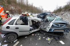 Bei einem schweren Unfall auf der Bundesstraße 464 am Samstagnachmittag bei Holzgerlingen wird ein Autofahrer tödlich verletzt. Zwei Menschen werden schwerverletzt in ihrem Auto eingeklemmt. Foto: www.7aktuell.de | Oskar Eyb