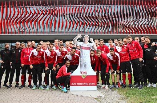 Schöne Geste: Die VfB-Profi grüßen den verletzten Daniel Ginczek Foto: VfB