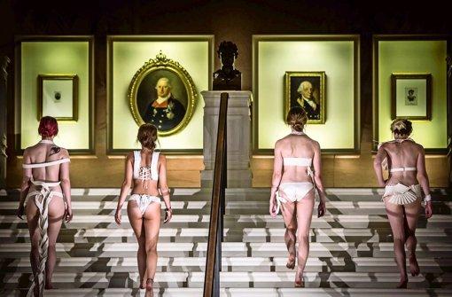 Entzückende Rücken: Die große Treppe im Museumsfoyer Foto: Lichtgut/Achim Zweygarth