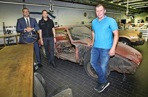 Museumsleiter Achim Stejskal, Werkstatt Kuno Werner und TV-Moderator Otto Schulte vom Trödeltrupp vor dem 901er Foto: Ines Rudel