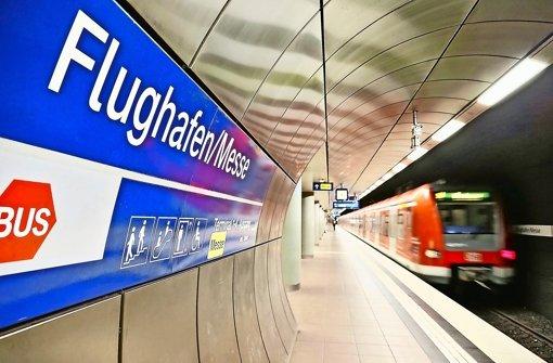 Können sich Geringverdiener und Arbeitslose die Fahrt in der S-Bahn bald nicht mehr leisten? Linke und Piratenpartie fordern vom Verkehrsverbund Stuttgart einen Stopp der Fahrpreiserhöhungen Foto: dpa