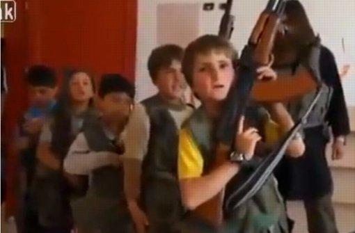 Auf einer Internet-Plattform für deutsche Dschihadisten wird Waffendrillfür Kinder gezeigt – rechts im Hintergrund: Der aus Georgien stammende Terrorist Murad Muslim Margoshvili Foto: Screenchot/youtube