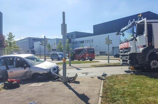 Pkw-Fahrer nach Kollision mit Lkw in Lebensgefahr