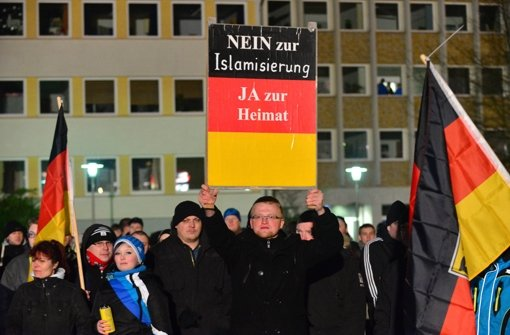 fotostrecke demos in deutschland anti pegida schl gt pegida bild 5 von 26 politik. Black Bedroom Furniture Sets. Home Design Ideas
