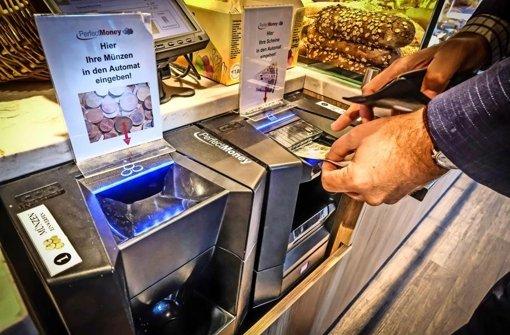 Rechts die Scheine, links das Münzgeld – in dieser Bäckerei zahlt der Kunde selber in die Kasse ein Foto: LG/Achim Zweygarth