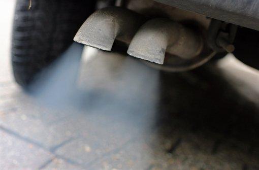 Noch zu viele Autos stoßen im Übermaß Abgase mit Feinstaub und hoher Stickstoffdioxid-Konzentration aus – das will man an kritischen Tagen mit dem Feinstaubalarm ändern. Foto: dpa