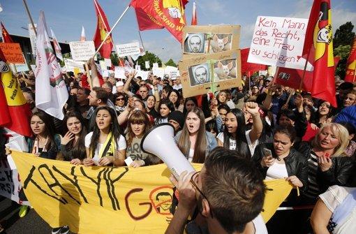 Beim Empfang von Recep Tayyip Erdogan in Karlsruhe demonstrieren viele Menschen friedlich. Aber längst nicht alle. Foto: dpa