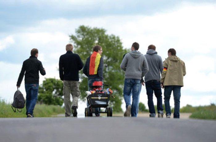 Vatertag endet tödlich: Auto überfährt drei Männer mit