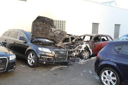 ... nur wenige Straßen weiter wurden in einem Autohaus in der Gustav-Rau-Straße hochwertige Wagen angezündet. Foto: 7aktuell.de/Schmalz, Becker