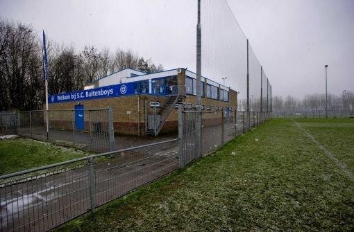 In den Niederlanden ist ein Linienrichter eines Jugendfußballspiels von mehreren Spielern verprügelt worden und einen Tag später gestorben. Foto: dpa