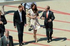 Auf dem Flughafen von Brisbane war es wohl etwas zu windig für das Kleid der Herzogin.br Foto: dpa