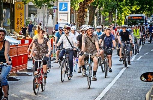 Die Schar der Demonstranten ist bunt gemischt, hat aber ein Ziel: Stuttgart soll fahrradfreundlicher werden Foto: Petsch