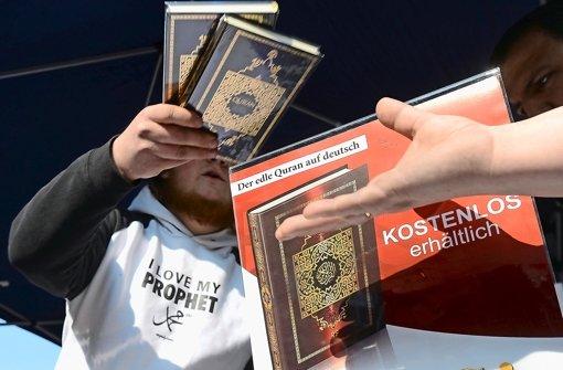 Ein Mann verteilt in der Innenstadt von Hannover kostenlose Koran-Exemplare an Passanten Foto: dpa