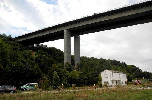 Drei Leichen unter Autobahnbrücke entdeckt