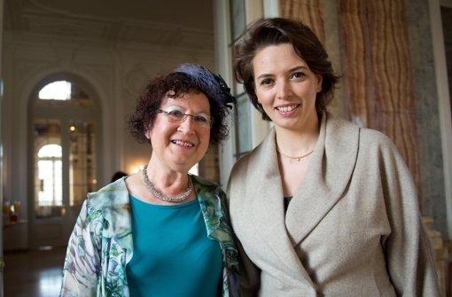 Gerlinde Kretschmann und Tülay Schmid beim Frühjahrskaffee in der Villa Reitzenstein Foto: dpa