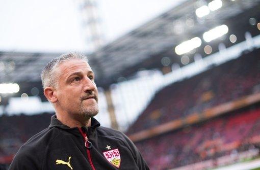 Jürgen Kramny will mit dem VfB Stuttgart gegen Schalke 04 den sechsten Bundesliga-Sieg in Folge einfahren. Die Startaufstellung stellen wir in der folgenden Bilderstrecke vor. Foto: dpa