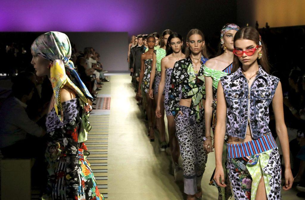 59543a6843 Auf der Mailänder Modewoche zeigt Versace in der vergangenen Woche die  Frühjahrskollektion. Foto: AP