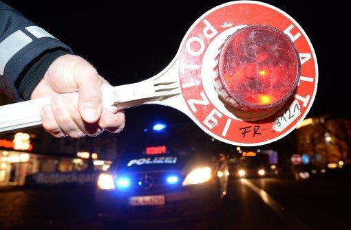 Mercedes-Fahrer rast gegen Supermarkt-Wand und will flüchten