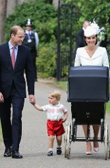 Prinz William, Herzogin Kate, Prinz George und die kleine Charlotte im Kinderwagen Foto: Getty Images Europe